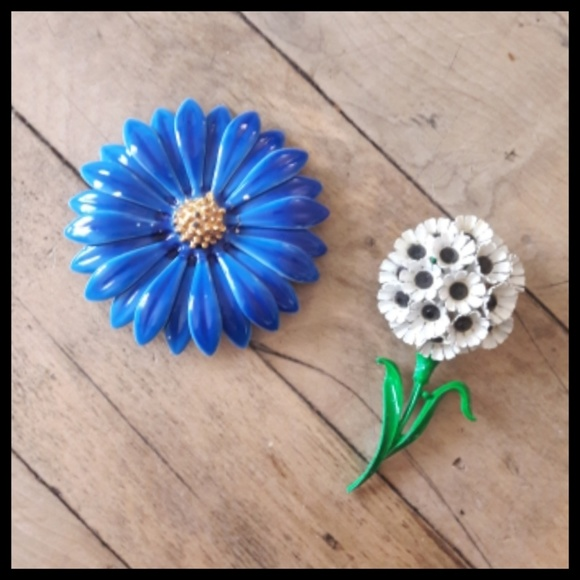 4052365af Beautiful pair of Vtg 60's flower daisy brooches! M_5ac97f2750687ce32ac0ef54